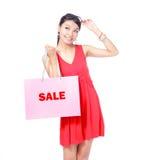 Sac heureux de fixation de fille d'achats Image stock