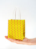 Sac jaune de achat de fixation Photo stock