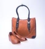 sac les femmes mettent en sac et façonnent la chaussure sur un fond Photos stock