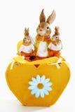 Sac oriental et en forme de coeur avec des figurines de lapin de Pâques Image stock