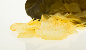 Sac ouvert avec l'isolat de pommes chips sur le fond blanc Photographie stock libre de droits