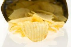 Sac ouvert avec l'isolat de pommes chips sur le fond blanc Photos stock