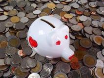 Sac porcin de coeur sur des pièces de monnaie Photo stock