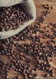 Sac retourné des grains de café Image stock