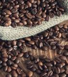 Sac retourné des grains de café Image libre de droits