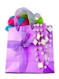 Sac rose lustré de cadeau avec l'écharpe en soie image stock