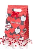 Sac rouge de cadeau avec des coeurs, sur le blanc Image stock