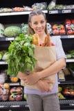 Sac se tenant assez blond avec du pain et le légume photographie stock