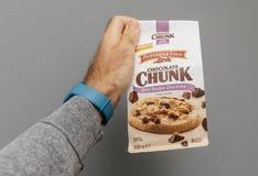 Sac se tenant masculin avec les biscuits délicieux sur le fond gris Image stock