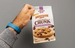 Sac se tenant masculin avec les biscuits délicieux sur le fond gris Photos stock