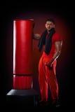 Sac se tenant prêt de boxe de jeune homme Image libre de droits