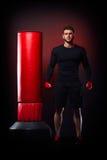 Sac se tenant prêt de boxe de jeune homme dans le studio image stock