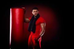 Sac se tenant prêt de boxe de jeune homme dans le studio photos libres de droits