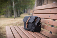 Sac sur le banc Photos stock