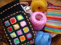 Sac tricoté avec des amorçages de couleur Photographie stock libre de droits