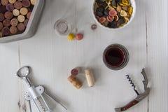 Sacacorchos con los corchos, vino y pastas, por encima imágenes de archivo libres de regalías