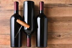 Sacacorchos de tres botellas de vino Foto de archivo