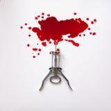 Sacacorchos en una piscina de sangre Foto de archivo libre de regalías