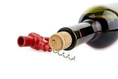Sacacorchos y botella de vino Fotografía de archivo libre de regalías