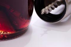 Sacacorchos y botella de vino rojo Fotografía de archivo