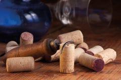 Sacacorchos y corchos viejos Imagen de archivo libre de regalías