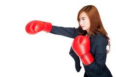 Sacador asiático de la empresaria con el guante de boxeo Fotos de archivo libres de regalías