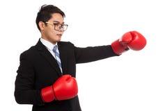 Sacador asiático del hombre de negocios con el guante de boxeo rojo Fotografía de archivo libre de regalías