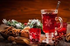 Sacador caliente del vino con los ingredientes para la Navidad Fotografía de archivo