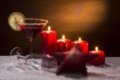 Sacador con las velas del advenimiento, la nieve y el ornamento de Navidad Imagen de archivo
