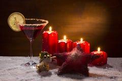 Sacador con las velas del advenimiento, la nieve y el ornamento de Navidad Foto de archivo