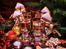 Sacador de las galletas y de los vidrios el aún-vida del ` s del Año Nuevo Imagenes de archivo
