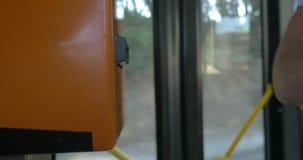 Sacador del boleto en el autobús almacen de video