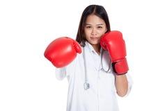 Sacador femenino asiático joven del doctor con el guante de boxeo Imagen de archivo libre de regalías