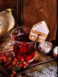 Sacador y galleta calientes del alcohol con la tarjeta del menú Fotos de archivo