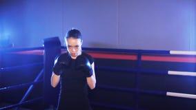 Sacadores de la mujer joven en ring de boxeo Boxeo de la sombra metrajes