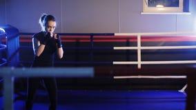 Sacadores femeninos del boxeador en gimnasio del boxeo metrajes