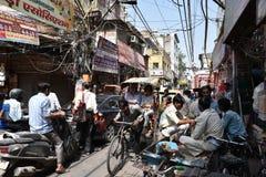 Sacando de quicio las calles apretadas de Delhi vieja, es día usual en Delhi Imagenes de archivo
