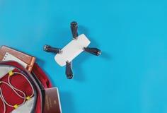 Sacando el abejón para el viaje en una mochila Foto de archivo
