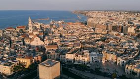 Sacando sobre ciudad vieja en Bari, tiro del abejón, Puglia, Italia almacen de video