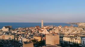 Sacando sobre ciudad vieja en Bari, tiro del abejón, Puglia, Italia metrajes