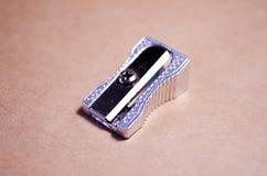 Sacapuntas de lápiz Sacapuntas del metal Sacapuntas de lápiz del metal Dirección de la escuela foto de archivo libre de regalías