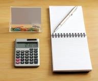 Sacapuntas de los clips de papel de la calculadora de la pluma del cuaderno Imagenes de archivo