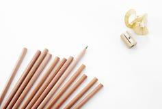 Sacapuntas de los lápices y de lápiz en el fondo blanco Imágenes de archivo libres de regalías