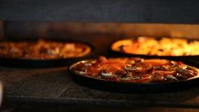 Sacar del cocinero fuera de la pizza lista para el horno almacen de metraje de vídeo