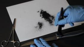 Sacar el polvo de un cuchillo para el hd de las impresiones metrajes