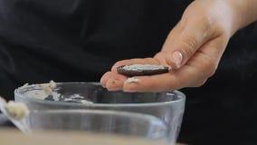 Sacar la crema en el medio de la galleta mientras que cocina la torta de la crema del queso con los arándanos metrajes