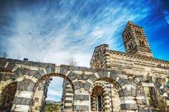 Saccargia-Kathedrale unter einem drastischen Himmel Stockbild