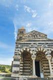 Saccargia-Kathedrale unter einem klaren Himmel Stockbilder