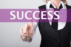 Saccess escrito en barra de la búsqueda en la pantalla virtual Tecnologías de Internet en negocio y hogar mujer en traje de negoc Imagen de archivo libre de regalías