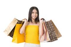 Sacchetti della spesa asiatici attraenti della tenuta della donna Immagine Stock Libera da Diritti